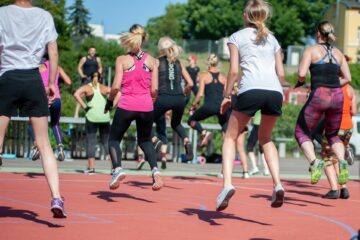 springende vrouwen in sportkleding