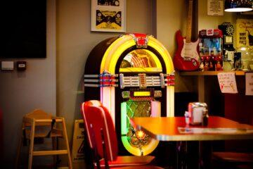 kleurrijke lichtgevende jukebox in een bar of café